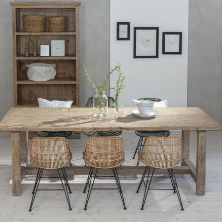 Gemuetlicher Holztisch mit Rattan Stuehlen und Holz Regal - Scandi Boho Look
