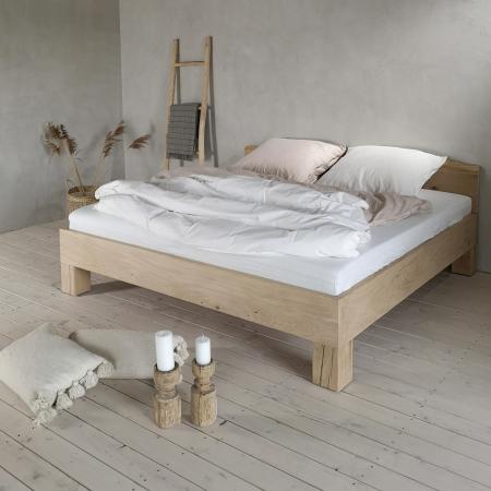 Massivholzbett Eiche selbst konfigurierbar - Holzleiter und gemuetliche Wohnaccessoires