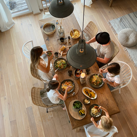Kochen mit der Familie - gedeckter Holztisch mit Gaesten