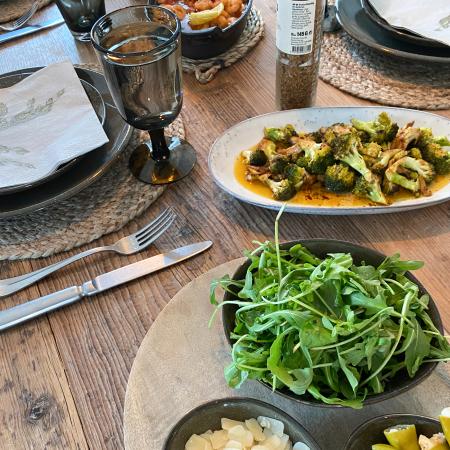Kochabende mit Freunden - Holztisch mit gesunden Speisen gedeckt