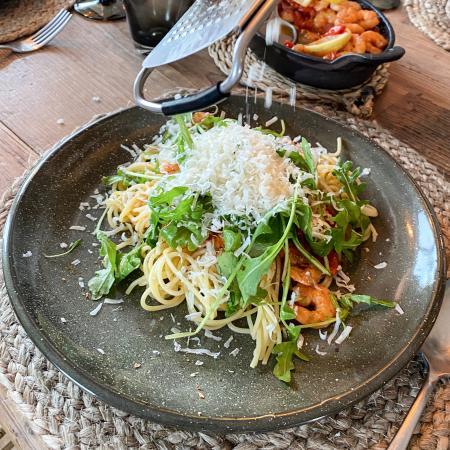 hochwertige Parmesanreibe - Teller mit Spaghetti und Garnelen