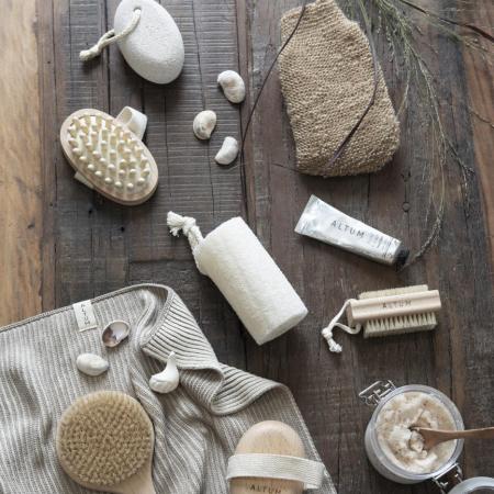 Bad-Accessoires fuer glatte Haut von Altum und Meraki - Massagebuersten - Scrub