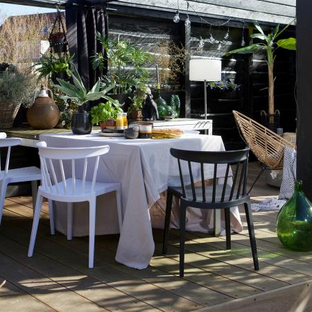 Hochwertige Outdoor Moebel online bestellen - skandinavische Outdoor Stuehle aus Plastik in schwarz und weiß