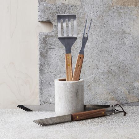 BBQ-Tool-Set - moderne hochwertige Grillwerkzeuge aus Akazienholz