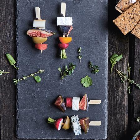 Schieferplatte mit Spiessen und Snacks - Essen modern servieren