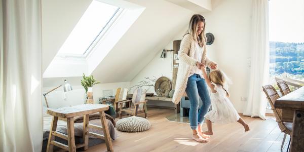 Wohnzimmer mit Mutter und Tochter