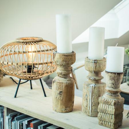 skandinavische Dekoration aus Altholz und Bambus